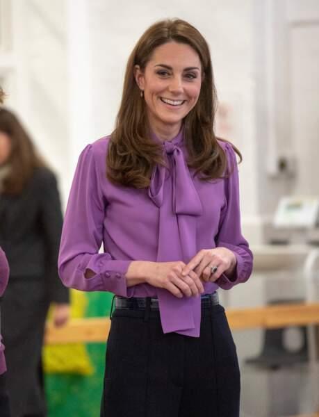 Kate Catherine Middleton a surpris avec ce col lavallière coloré Gucci qui lui va à ravir