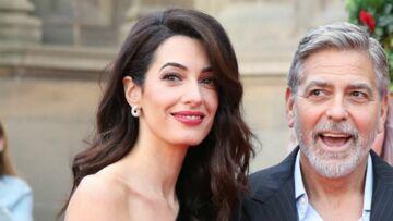 PHOTOS – Amal Clooney, d'une élégance absolue en combinaison asymétrique et pochette léopard