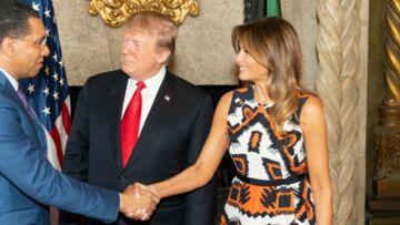 PHOTOS – Melania Trump, très tendance, ose un imprimé et des chaussures orange vif