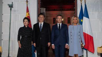 PHOTOS – Brigitte Macron adopte un look symbolique pour sa rencontre avec le président chinois
