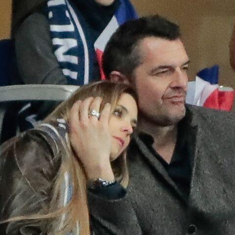 PHOTOS – Arnaud Ducret très tactile avec sa compagne… pour applaudir les Bleus