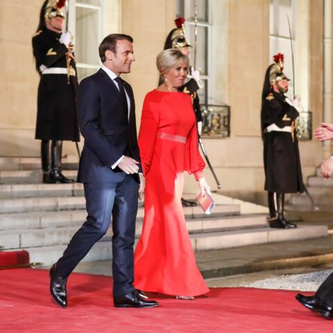 PHOTOS – Brigitte Macron glamour et sophistiquée en longue robe rouge fendue pour accueillir le couple présidentiel chinois à l'Elysée