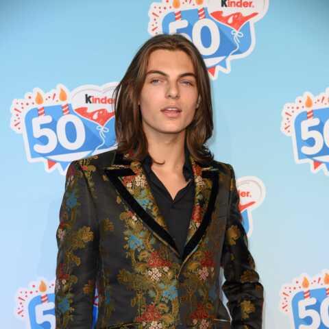 PHOTO – Cheveux longs, pose langoureuse… A 17 ans, le fils d'Elizabeth Hurley est l'exacte réplique de sa mère