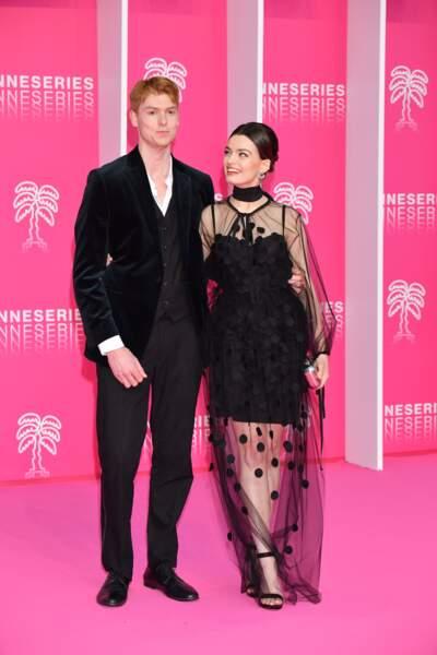 """Peu avant la cérémonie, l'actrice de 23 ans posait avec son petit-ami Dan sur le """"pink carpet"""""""