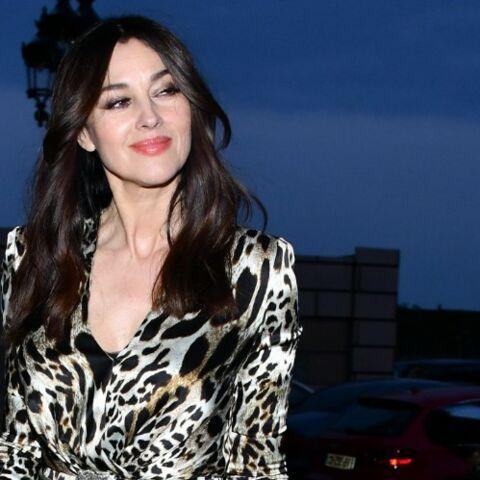 PHOTOS – Monica Bellucci, amoureuse à 54 ans et plus sexy que jamais en robe panthère