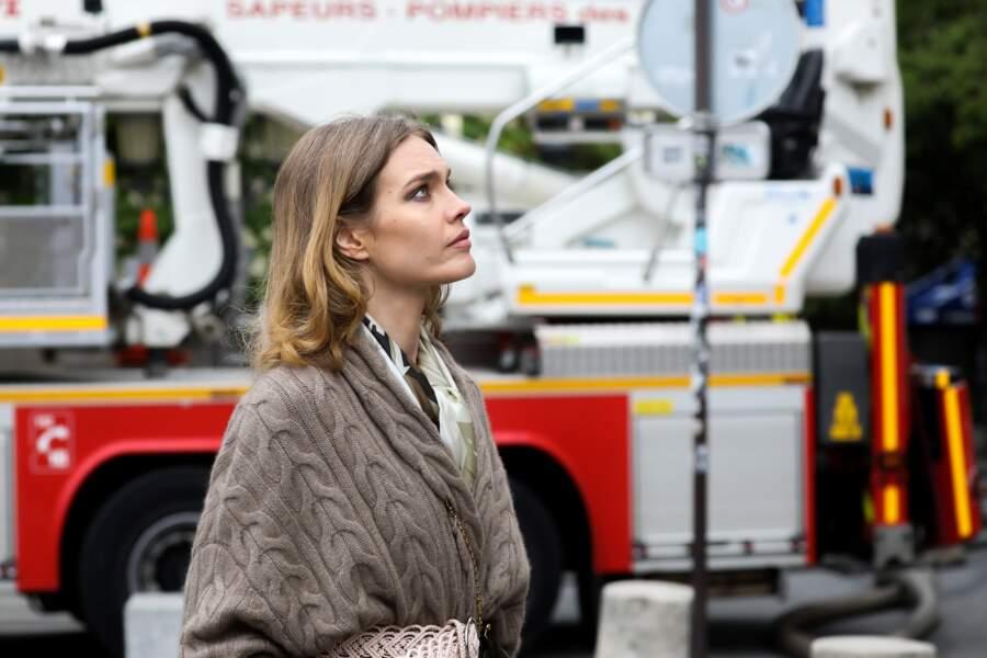 Natalia Vodianova s'est recueillie un moment au pied de la cathédrale Notre-Dame de Paris