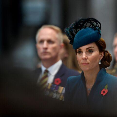 PHOTOS – Kate Middleton très élégante dans un luxueux manteau sur-mesure et chignon sophistiqué