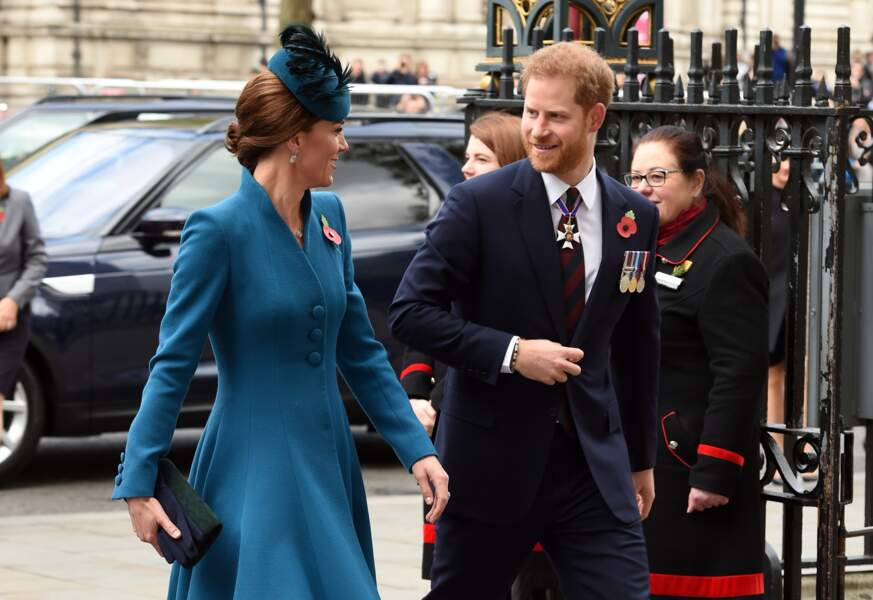 Kate Middleton rayonnante en manteau Catherine Walker et escarpins Emmy London en l'abbaye de Westminster l
