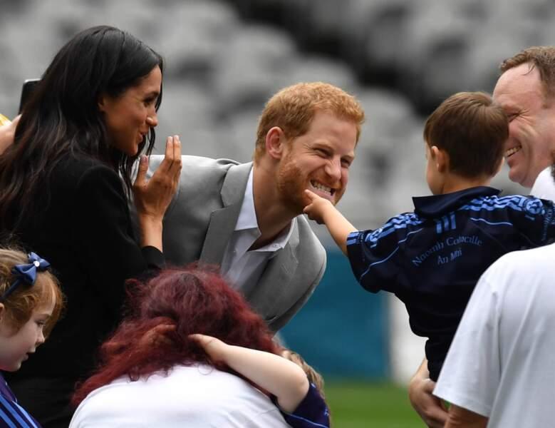 Harry chahute avec un petit garçon