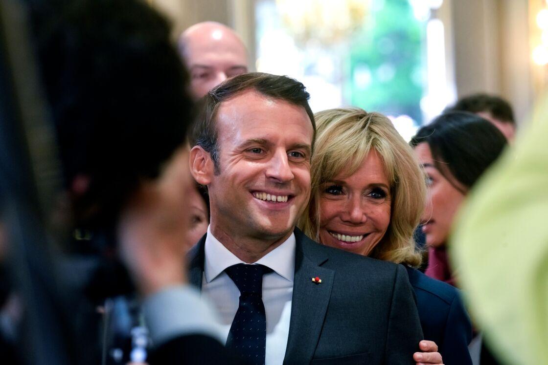 Brigitte et Emmanuel Macron complices et souriants le 1er mai