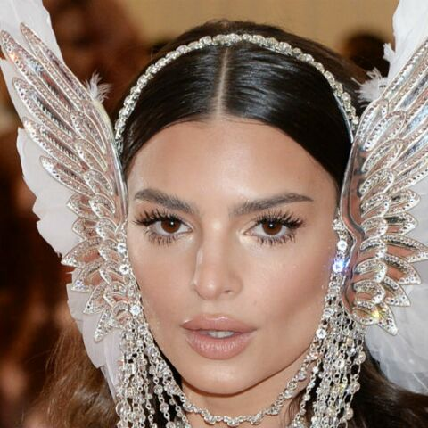 PHOTOS – Emily Ratajkowski, toujours plus sexy, rend hommage à Cher au Gala du Met