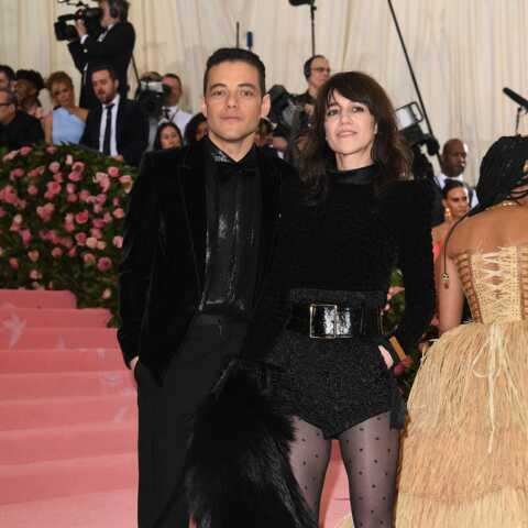 PHOTOS – Charlotte Gainsbourg, glam rock en micro-short et bottes à plumes au Gala du Met