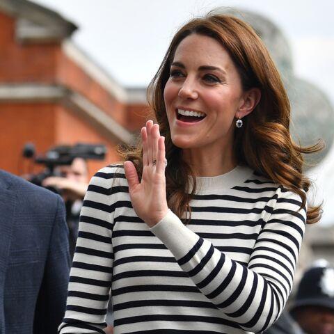 PHOTOS – Kate Middleton chic et décontractée surprend avec un accessoire très coloré!