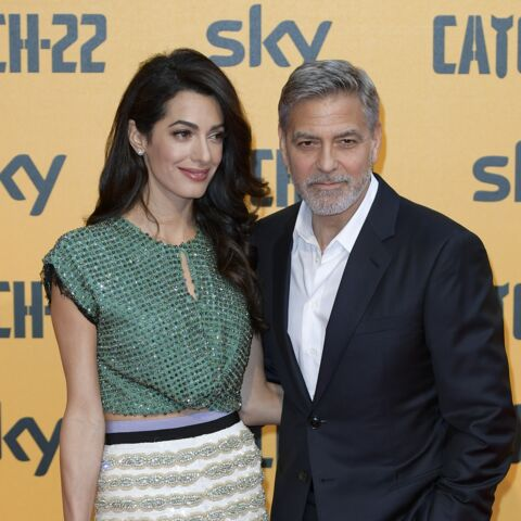 PHOTOS – Amal Clooney sexy en mini-jupe et cropped top avec George Clooney à Rome