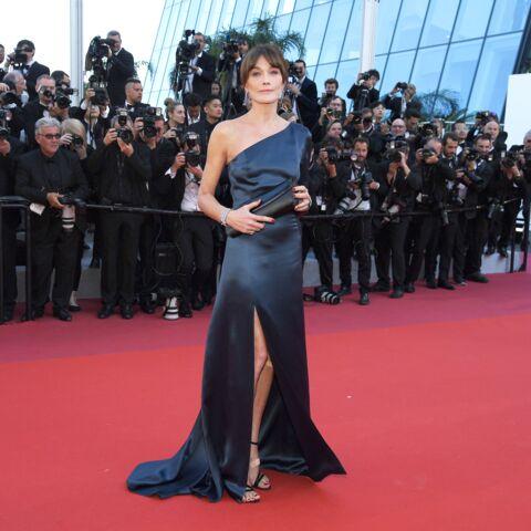 PHOTOS – Cannes 2019: Carla Bruni somptueuse sur le tapis rouge en robe fendue et asymétrique
