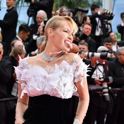 PHOTOS – Cannes 2019 : Estelle Lefébure mutine sur les marches du Palais