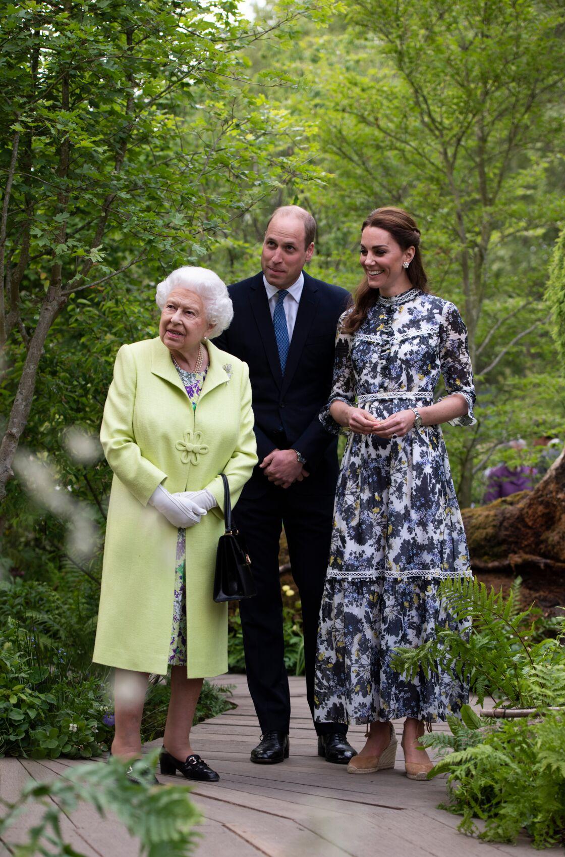 La reine avec William et Kate, dans le jardin dessiné par la duchesse de Cambridge pour le Chelsea Flower Show, ce 20 mai.