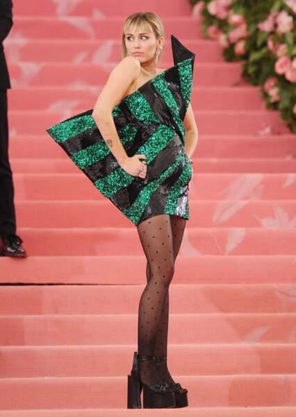 Miley Cyrus revient à son look Hannah Montana avec sa frange mais dans une version plus moderne
