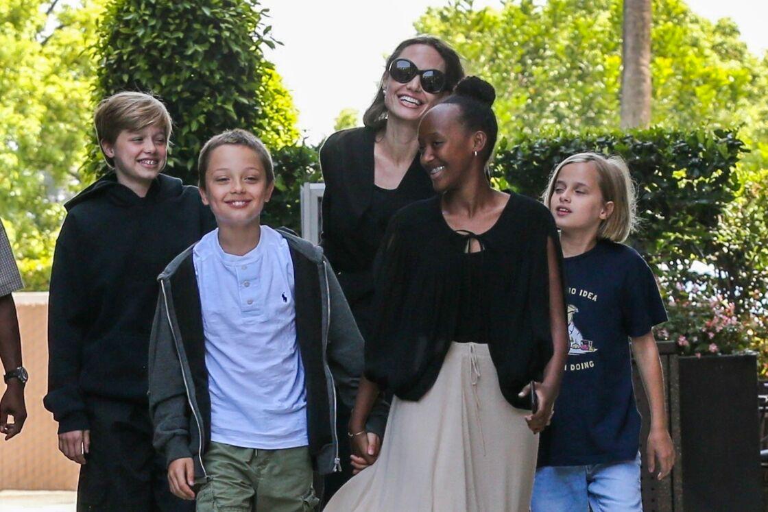 Angelina Jolie, avec ses enfants Shiloh, Knox, Zahara et Vivienne dont elle partage désormais la garde avec Brad Pitt.