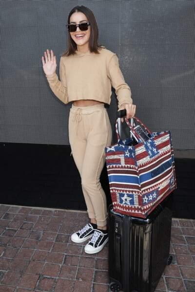 Comme Camila Coehlo, on craque pour le sac cabas en toile de Dior, aux couleurs vitaminées.