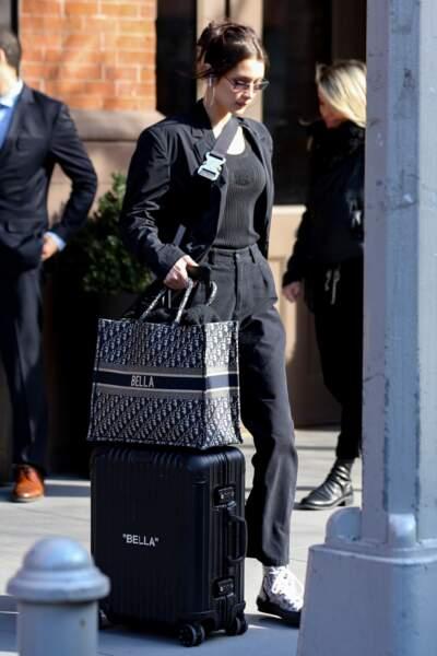 Bella Hadid est fan de son sac Dior en toile, une version déclinée cet été 2019 dans de nombreux coloris.