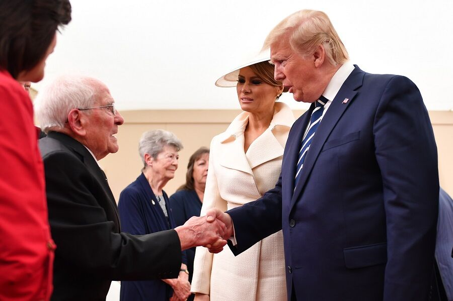 Thomas Cuthbert, 93 ans, flirte avec Melania Trump sous les yeux de Donald Trump, à Portsmouth, le 5 juin 2019.