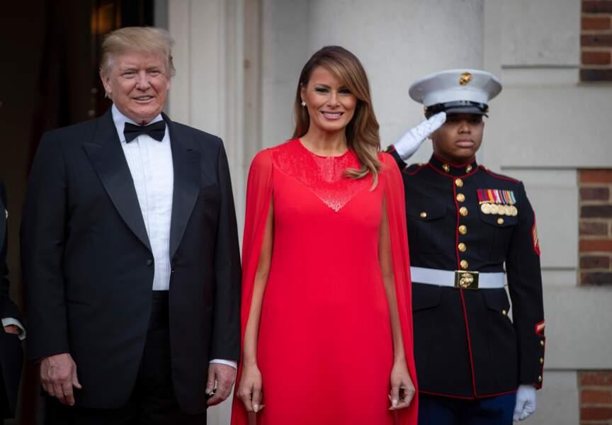 Melania Trump rayonnante dans une robe-longue cape Givenchy, la marque favorite de Meghan