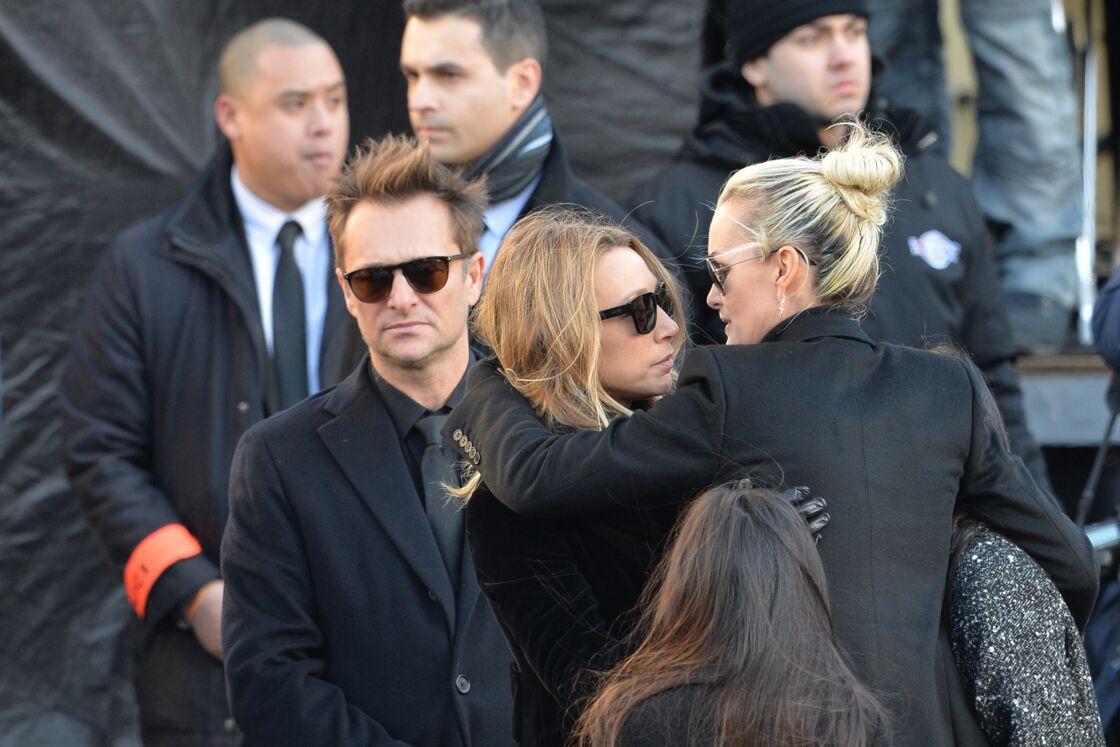 David, Laura et Laeticia, lors de l'hommage populaire rendu à Johnny, à la Madeleine, le 8 décembre 2017.