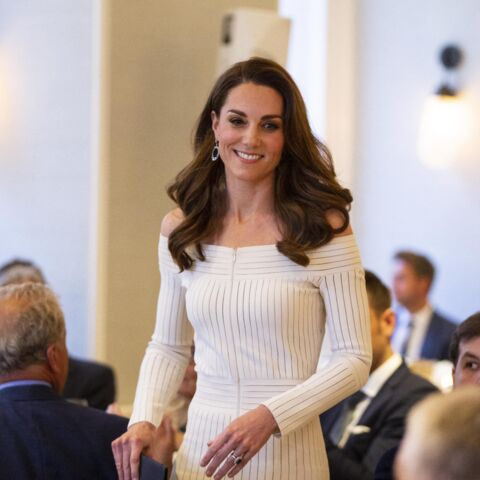 PHOTOS – Kate Middleton assume la sexy attitude dans une robe suggestive