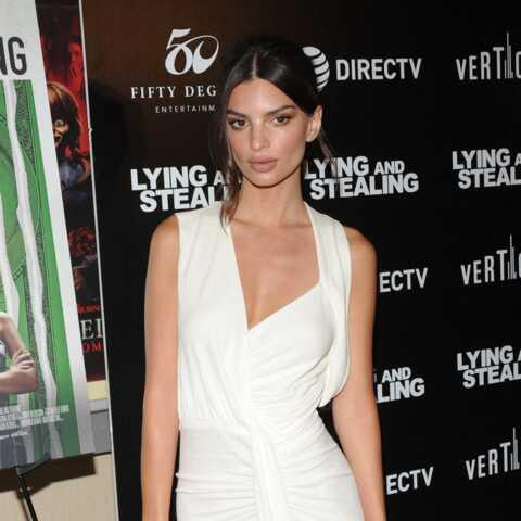 PHOTOS – Emily Ratajkowski très élégante en robe longue fendue et chignon flou: un look digne de Meghan Markle