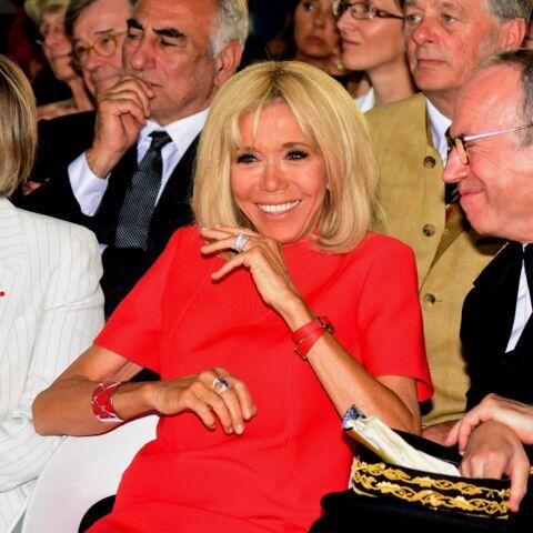 PHOTOS – Brigitte Macron stylée en robe d'été rouge et courte, parfaite pour dévoiler ses jambes bronzées