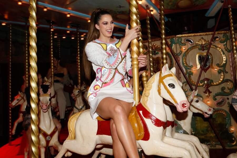 Iris Mittenaere, l'ex-miss Univers dévoile ses longues jambes bronzées lors d'une soirée au musée des Arts Forains