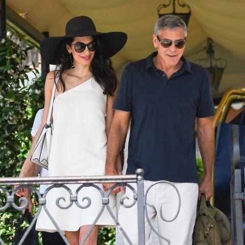 PHOTOS – Amal Clooney mise sur le rétro-chic avec une capeline et une robe courte sous le soleil italien