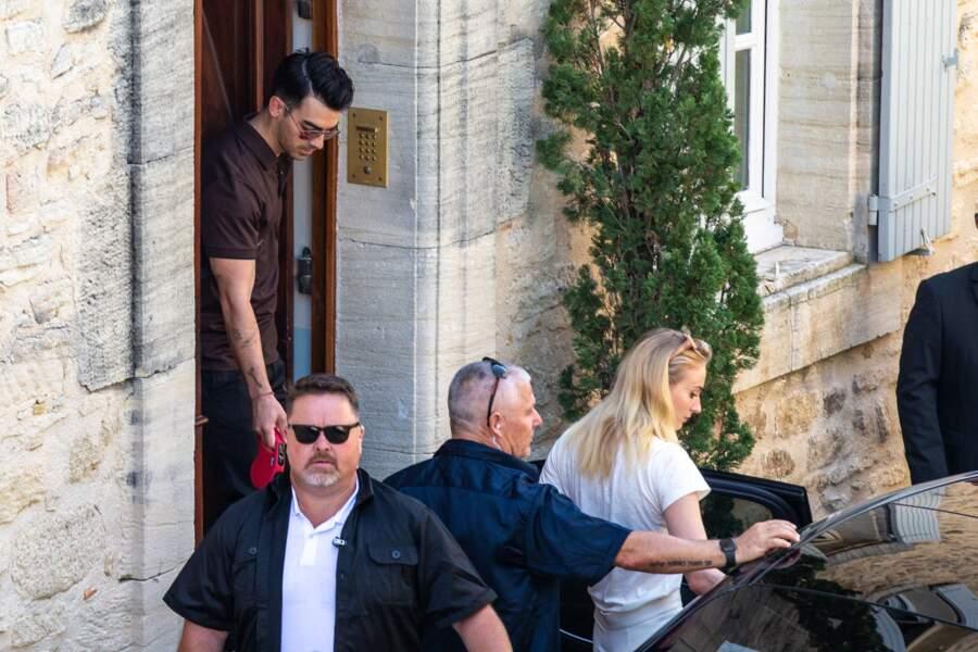 Sophie Turner et Joe Jonas quittent l'hôtel pour se rendre au château de Tourreau, le 27 juin 2019