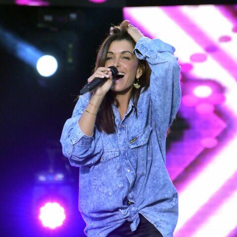 PHOTOS – Jenifer adopte la sexy cool attitude avec un cuissard et une chemise en denim oversize