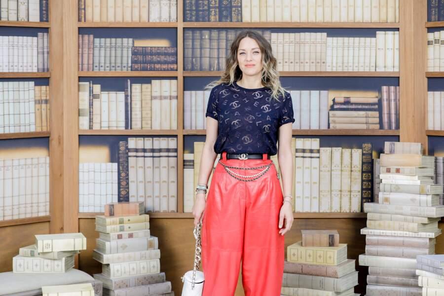 Marion Cotillard pose devant le décor de la bibliothèque de Karl Lagerfeld recrée par Chanel