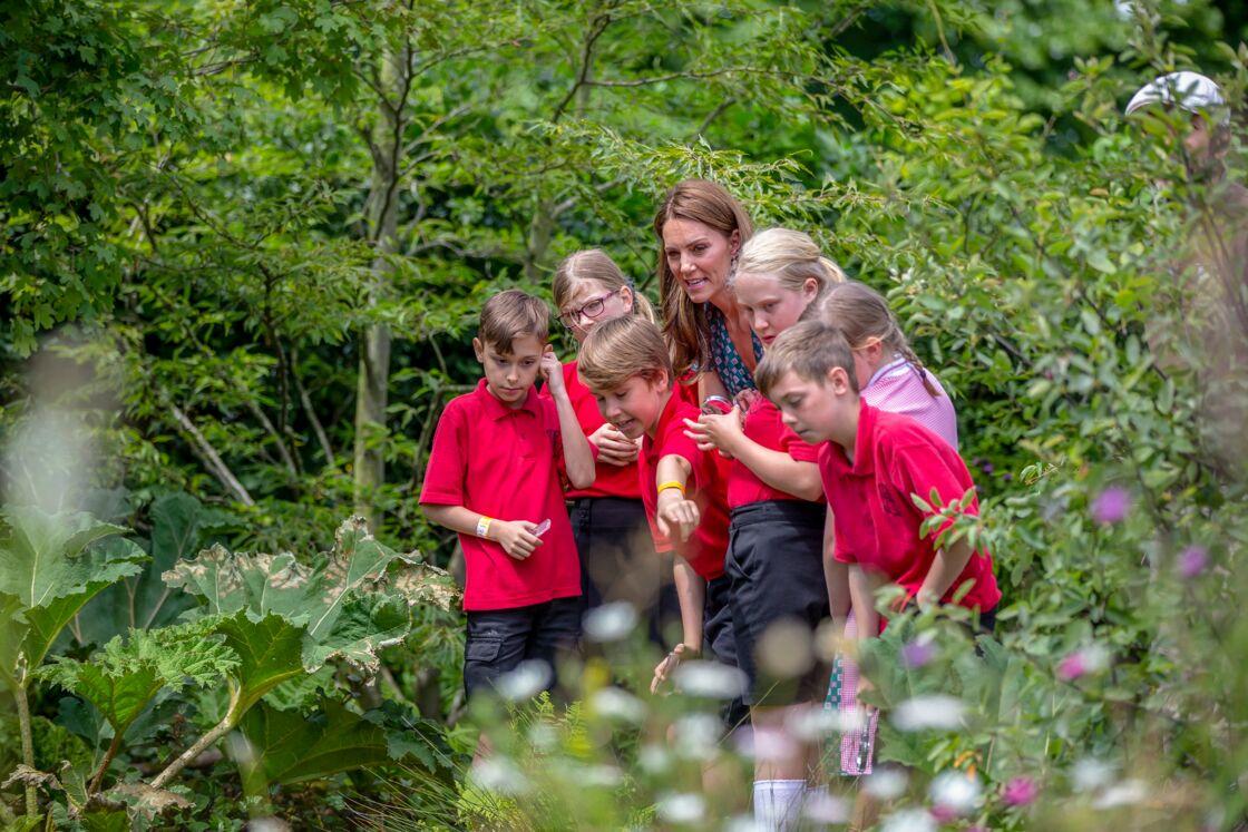 Kate Middleton fait visiter son jardin à de jeunes élèves, près de Londres, le 1er juillet 2019.