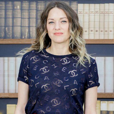PHOTOS – Marion Cotillard canon avec les cheveux wavy et une coloration hyper tendance