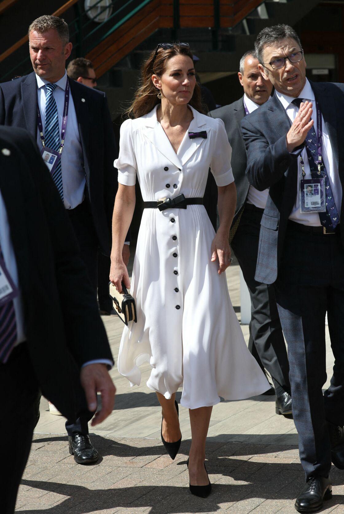 Kate Middleton glamour en robe boutonnée fendue qui souligne sa taille fine