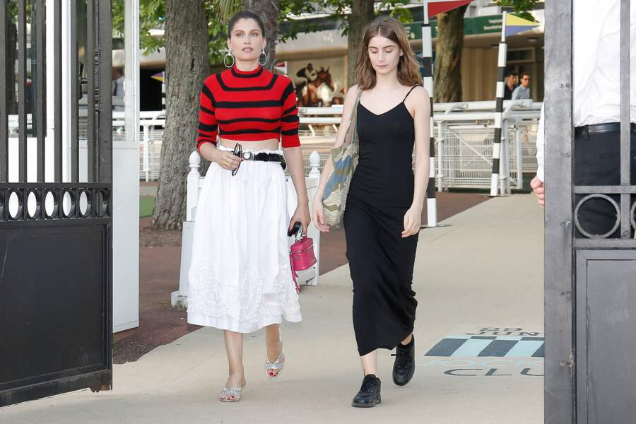 Laetitia Casta présente sa fille Sahteene Sednaoui, 17 ans, habillée d'une simple robe noire au défilé Miu Miu