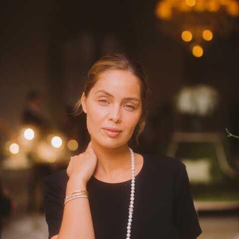PHOTOS – Marie-Ange Casta, sublime en look noir et collier de perles