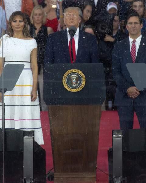 Melania Trump porte très souvent des tenues signées Carolina Herrera comme cette robe blanche et rayée
