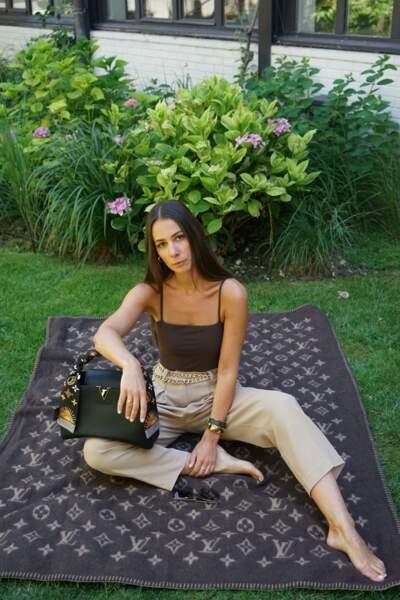 Alice Barbier, look épuré et tonalités crème, matchy avec son foulard sur son Capucines de Louis Vuitton.