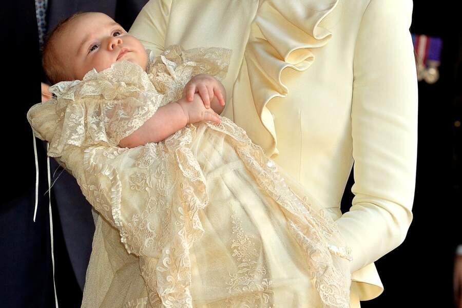 Le prince George dans les bras de Kate Middleton à son baptême, le 23 octobre 2013