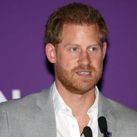 PHOTOS – Le prince Harry raillé: ne posséderait-il qu'une seule paire de chaussures?!