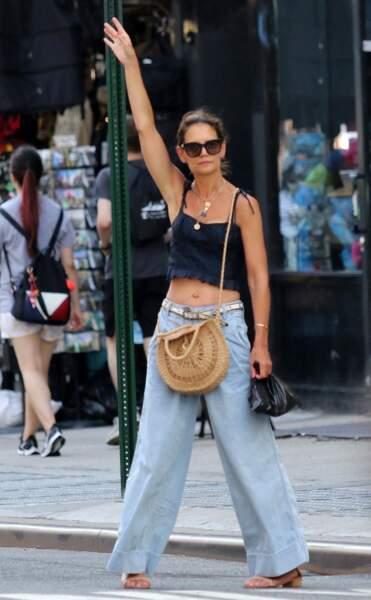 En mode vacances, sac en osier au bras et lunettes de soleil vissées sur le nez, Katie Holmes appelle un taxi