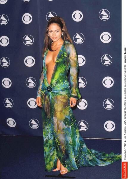 Jennifer Lopez, 29 ans, fait sensation aux Grammy Awards avec cette robe décolletée Versace en 2000