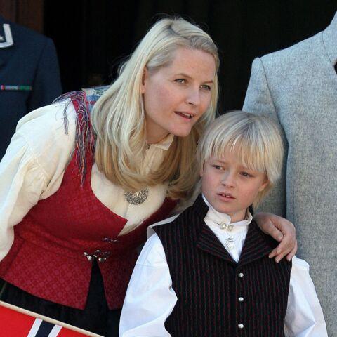PHOTO – Marius, le fils de Mette-Marit de Norvège, est devenu un vrai jeune homme qui épaule sa mère malade