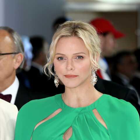 PHOTOS – Charlène de Monaco sublime en robe-cape longue au Gala de la Croix Rouge