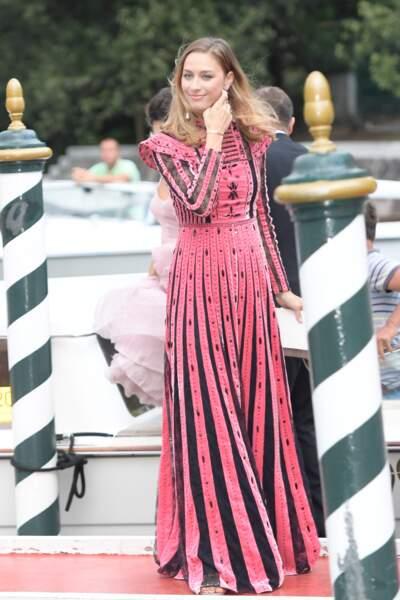 Beatrice Borromeo très élégante en robe longue colorée lors de Mostra de Venise en 2017